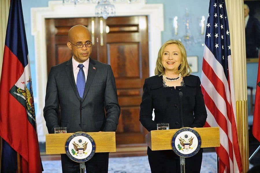 La entonces secretaria de Estado de los Estados Unidos, Hillary Clinton, ofrece una conferencia de prensa conjunta con el entonces presidente electo de Haití, Michel Martelly, el 20 de abril de 2011 en Washington, DC. (Departamento de Estado / Dominio público)