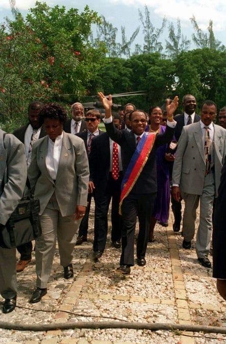 El presidente Jean-Bertrand Aristide regresa al Palacio Nacional en Puerto Príncipe, Haití. (Wikimedia Commons)