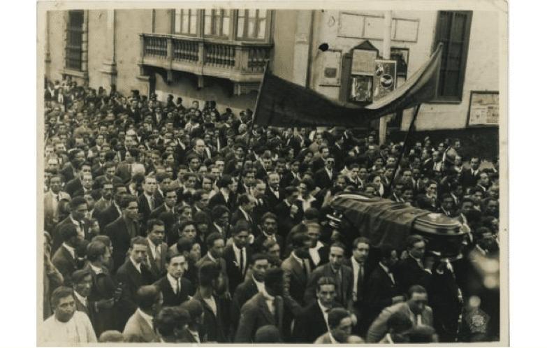 Figura 2. Estudio Fotográfico Hermanos Avilés (1930). Cortejo fúnebre de José Carlos Mariátegui por la Plaza de Armas. Fotografía, 241 x 171 cm. Archivo José Carlos Mariátegui.