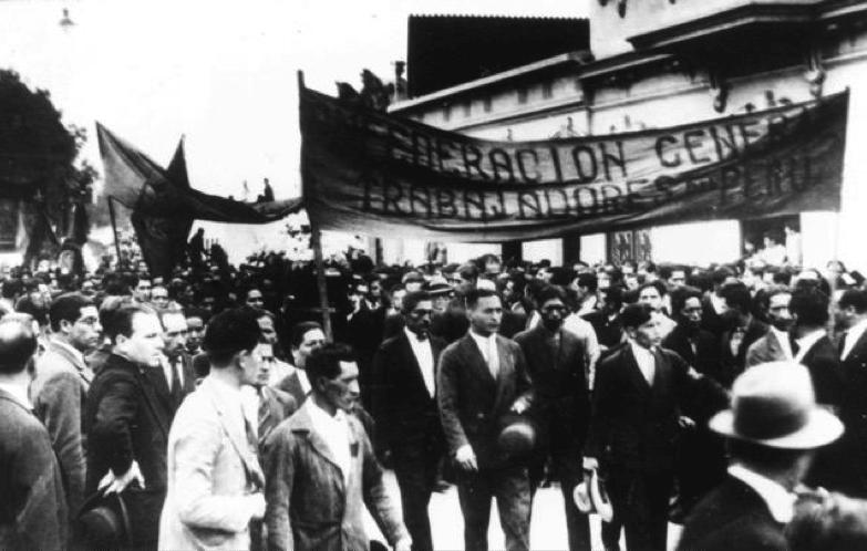 Figura 3. Cortejo Fúnebre de José Carlos Mariátegui con el estandarte de la Confederación General de Trabajadores del Perú (1930). Fotograma tomado del video de Ricardo Martínez de la Torre. Archivo José Carlos Mariátegui.